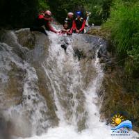 kurze Wasserfälle rutschend überwinden