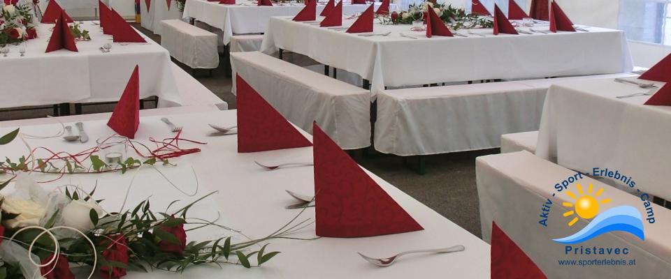 Festlich gedecktes Zelt für deine Hochzeit