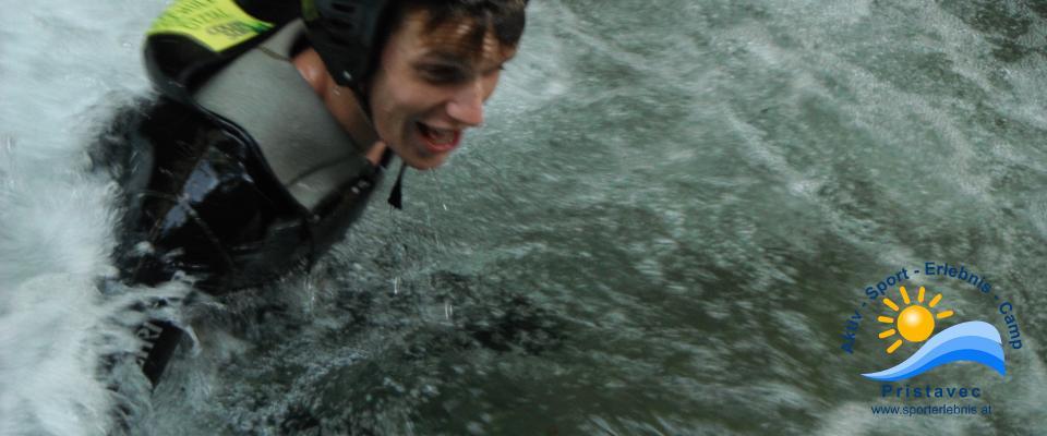 Canyoning schwimmend einen Tümpel durchqueren