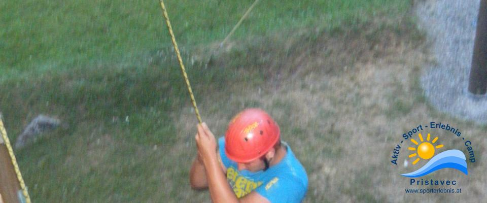 Schulsport Klettern im Hochseilgarten auf der Kletterwand
